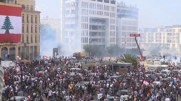 Photo of Manifestantes antigubernamentales toman las calles tras la explosión de Beirut