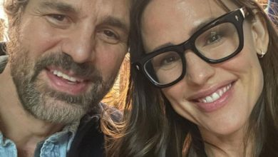 Photo of Jennifer Garner and Mark Ruffalo Reunite on Set of Their New Film: 'Reconnecting with an Old Pal'