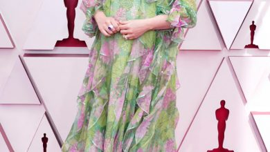 Photo of Pregnant Emerald Fennell debuts baby bump at Oscars 2021.