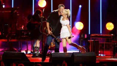 Photo of Blake Shelton Introduces Wife 'Gwen Stefani Shelton' During Post-Wedding Performance.
