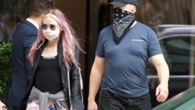 Photo of Elon Musk and Grimes leave NYC after late-night partying post-Met Gala.